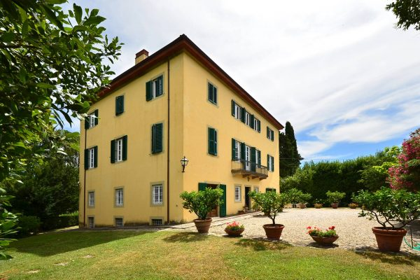 Villa for sale in Tuscan countryside near Lucca