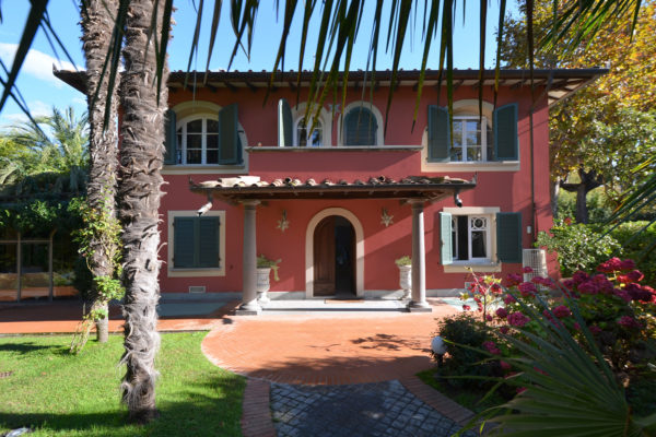 glamorous-villa-for-sale-near-the-tuscan-coast-in-forte-dei-marmi-3-a